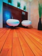 Deski tekowe charakteryzują się także bogatą kolorystyką: od ciepłej żółci poprzez czerwień do ciemnego brązu z pojedynczymi czarnymi słojami. Z czasem drewno tekowe zmienia swój naturalny kolor na ciemno brązowy.